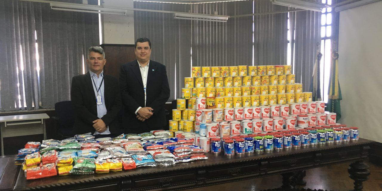 Corrente de solidariedade arrecada mais de 400 latas de leite em pó