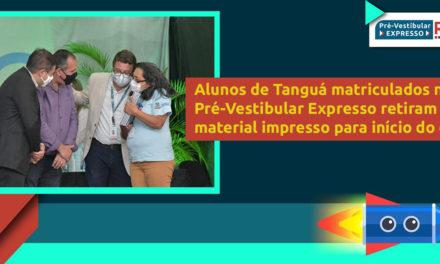 Alunos de Tanguá do Pré-Vestibular Expresso retiram material impresso para início do curso
